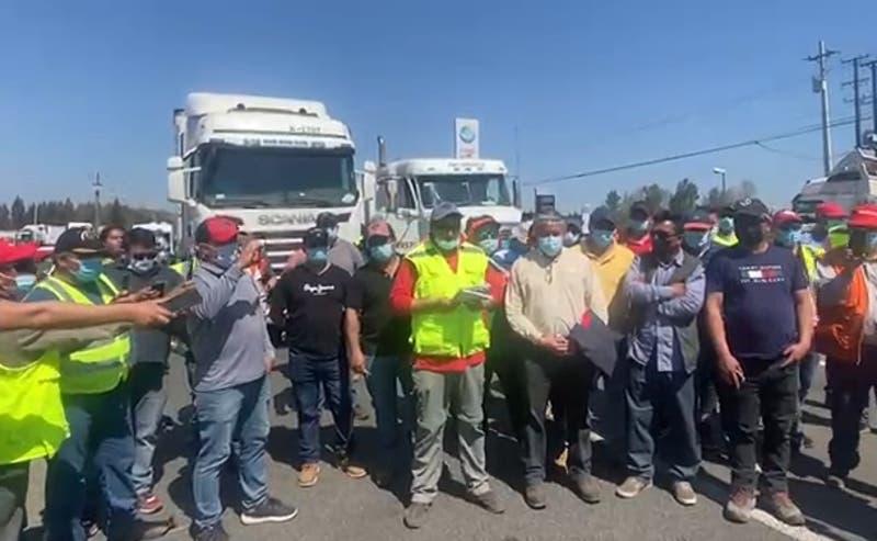 """Camioneros deponen el paro y esperan a ministro Delgado: """"Nos sentimos en el más absoluto abandono"""""""