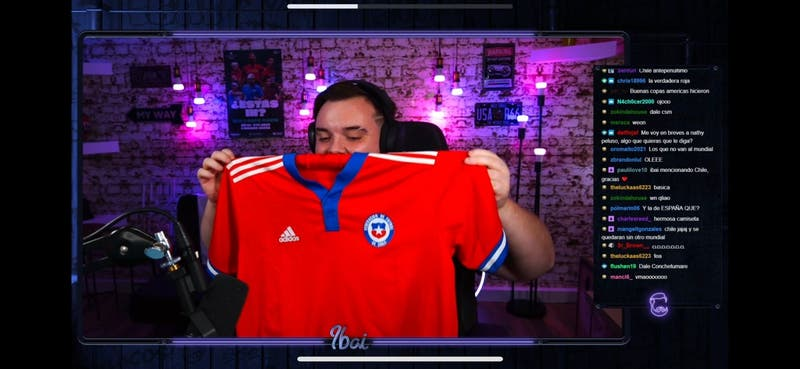"""[VIDEO] """"Está tremenda"""": Ibai Llanos alucina con camiseta de La Roja que le regaló Medel"""