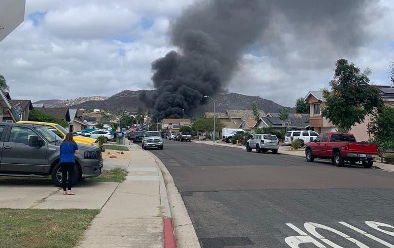 Avioneta se estrella en barrio residencial de California y deja al menos dos muertos