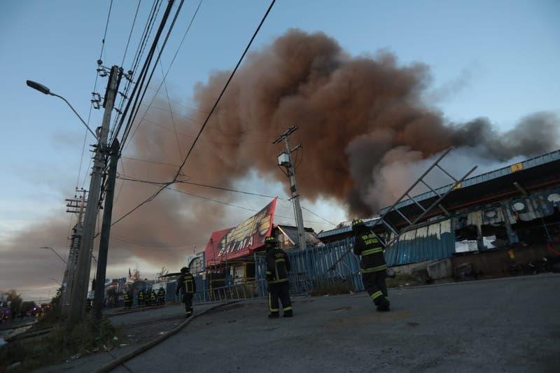 Incendio afectó a bodegas en Macul: así continúan los trabajos durante la mañana de este martes