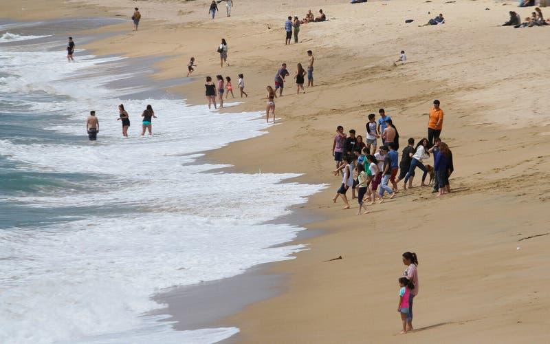 Joven en riesgo vital tras quedar enterrado vivo tras desprendimiento de arena en Pichilemu