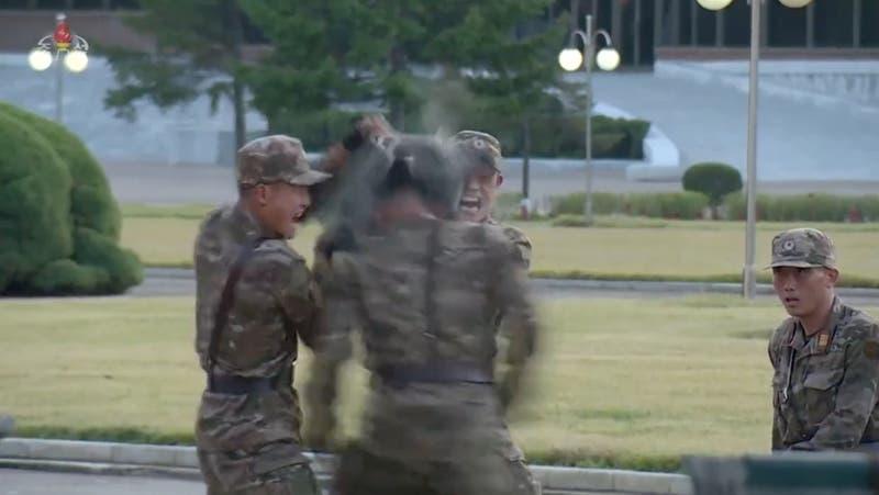 """A cabezazos: La impactante muestra de """"fuerza"""" por parte de militares de Corea del Norte"""