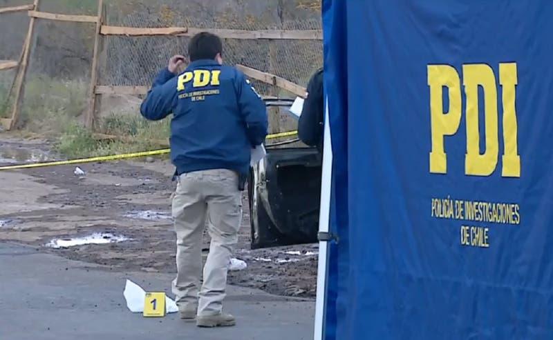 Encuentran cuerpo al interior del maletero de un auto incendiado en Peñalolén