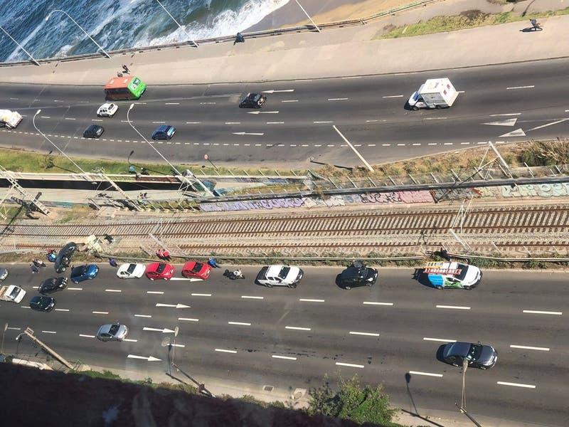 Vehículo desbarrancó tras chocar con otro en Valparaíso: cayó a la línea férrea