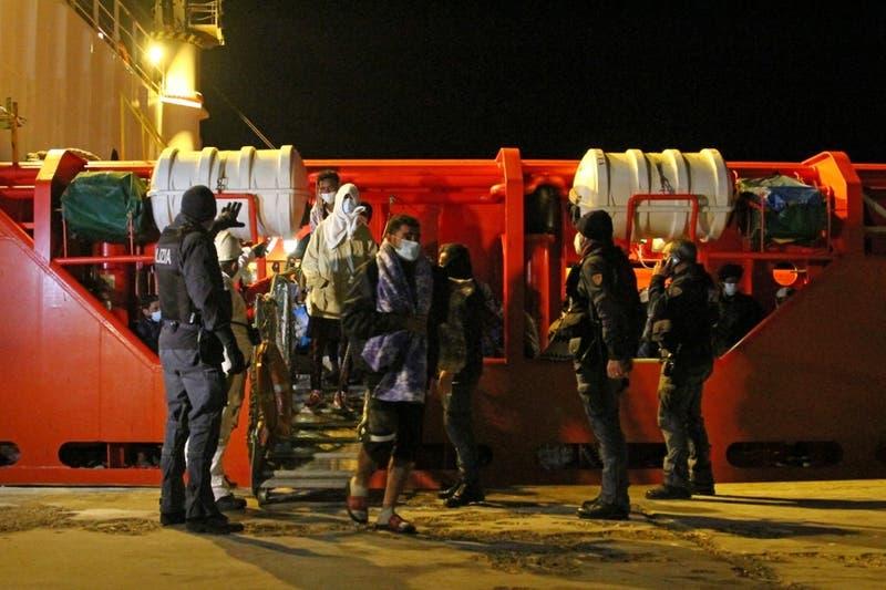 Condenan en Italia a comandante de mercantil que desembarcó a migrantes en Libia