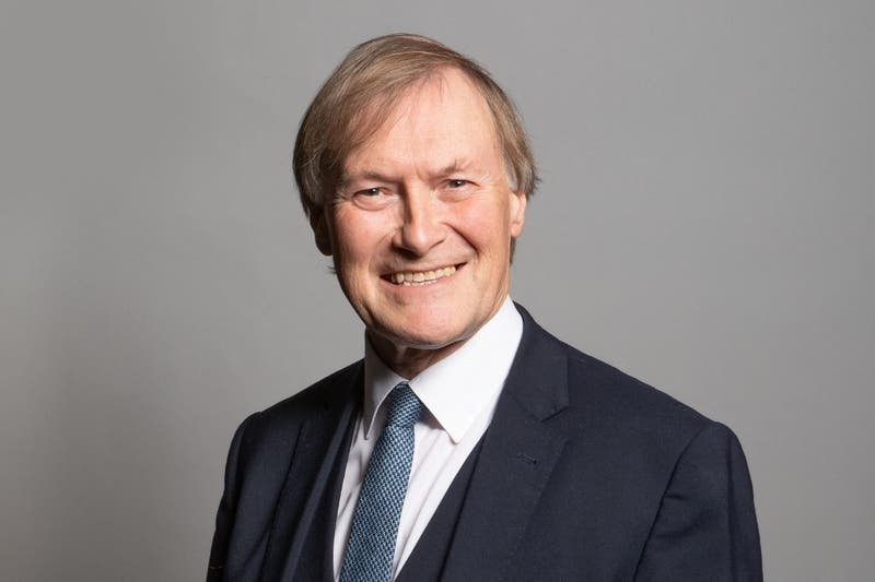 Asesinan a puñaladas a diputado conservador en ataque que conmociona al Reino Unido