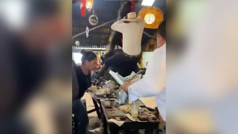 """[VIDEO] Caballo """"se sale de control"""" durante show en un restaurante y provoca caos entre comensales"""
