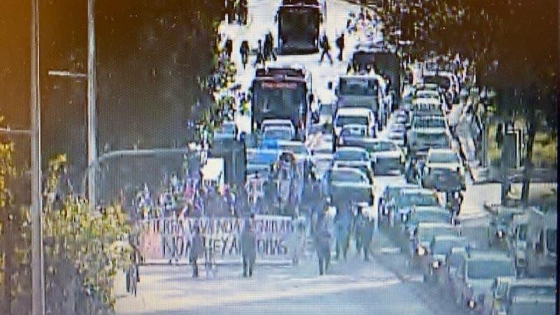 Manifestaciones provocan desvíos del tránsito y cierre de Metro Baquedano