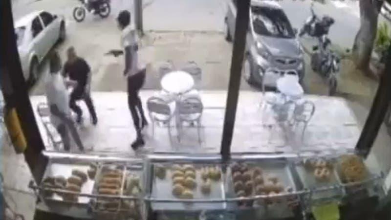 [VIDEO] Hombre se deja robar y luego mata a disparos a los presuntos delincuentes