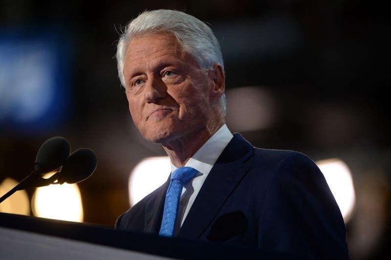 El ex presidente de Estados Unidos, Bill Clinton sale del hospital