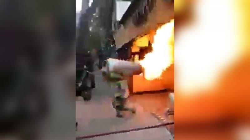 [VIDEO] Bombero arriesga su vida para sacar balón de gas en medio de un incendio