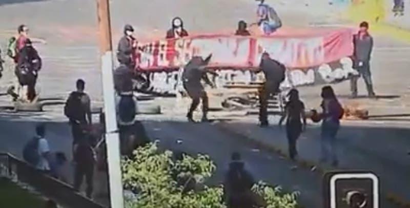 Encapuchado se prende fuego al intentar encender una barricada en Santiago