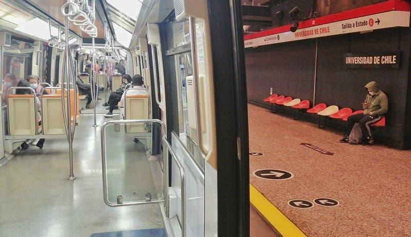 17 estaciones del Metro de Santiago han cerrado este lunes 18 de octubre