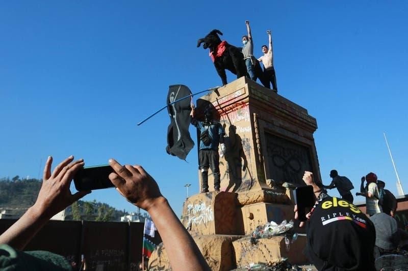 Manifestantes instalan al perro símbolo de las manifestaciones en el lugar de Baquedano