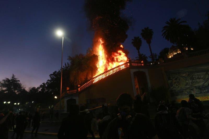 [VIDEO] Se registra incendio en escaleras del Cerro Santa Lucía