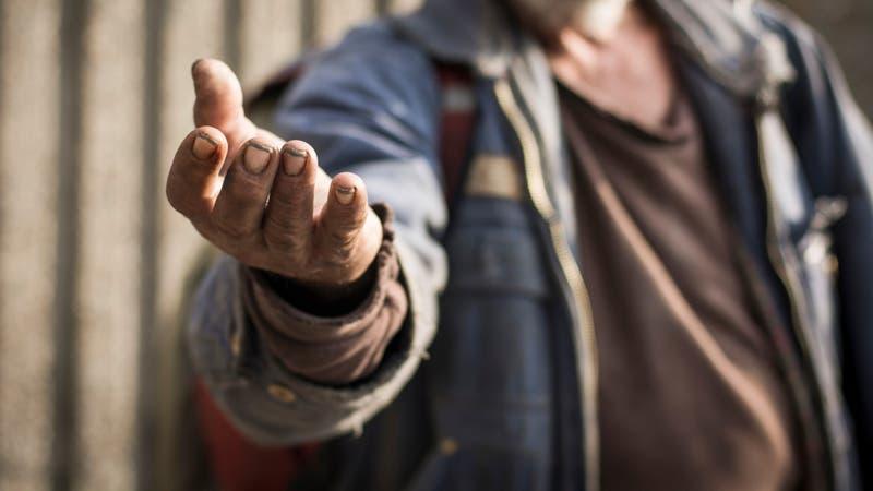 Profesor jubilado hace clases a hombre en situación de calle para que se gradúe y encuentre trabajo