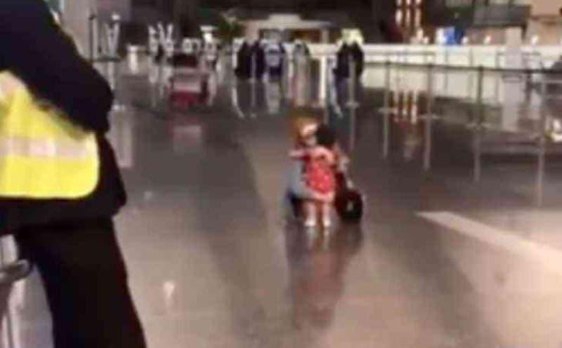 La tierna petición de una niña a la seguridad para abrazar a su tía en el aeropuerto