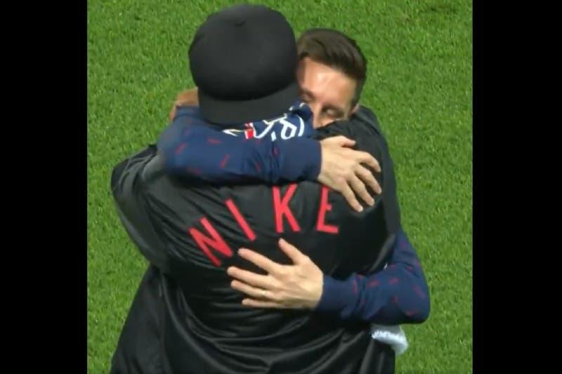 El emotivo abrazo entre Lionel Messi y Ronaldinho en la previa del partido del PSG por la Champions