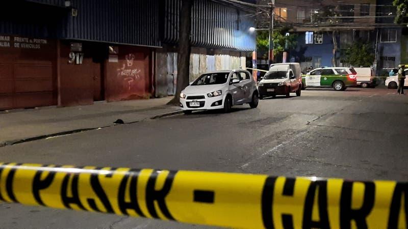 Investigan muerte de dos mujeres en el centro de Santiago: Fueron encontradas en un auto