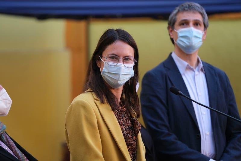 Alcaldesa de Santiago inicia cuarentena preventiva por contacto estrecho