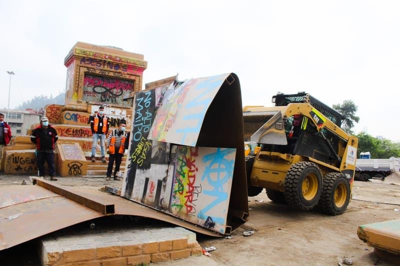Gobierno realiza limpieza en Plaza Baquedano y retira restos del muro de protección a la estatua