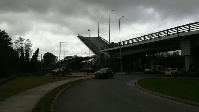 Nueva falla del Puente Cau Cau obliga a cerrarlo