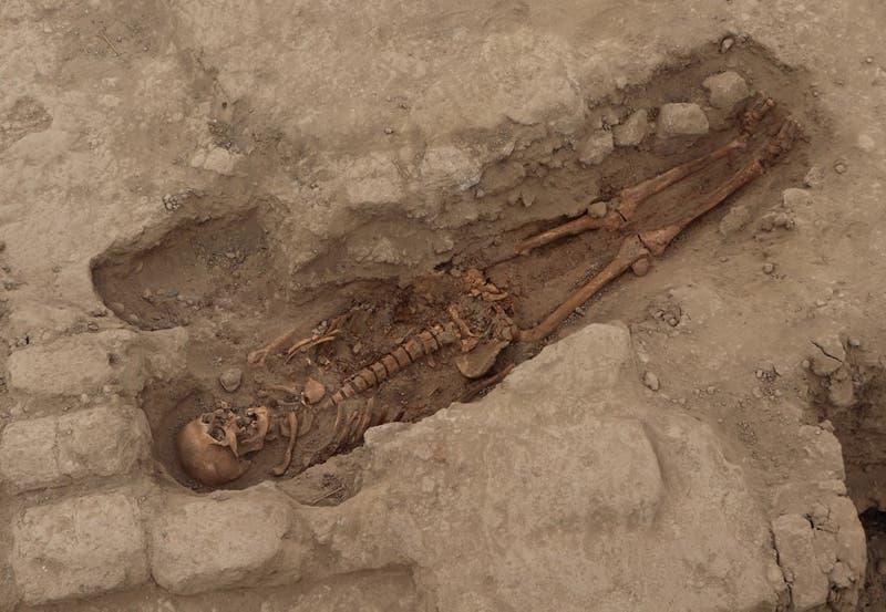 Descubren restos de 29 personas con más de mil años de antigüedad en Perú
