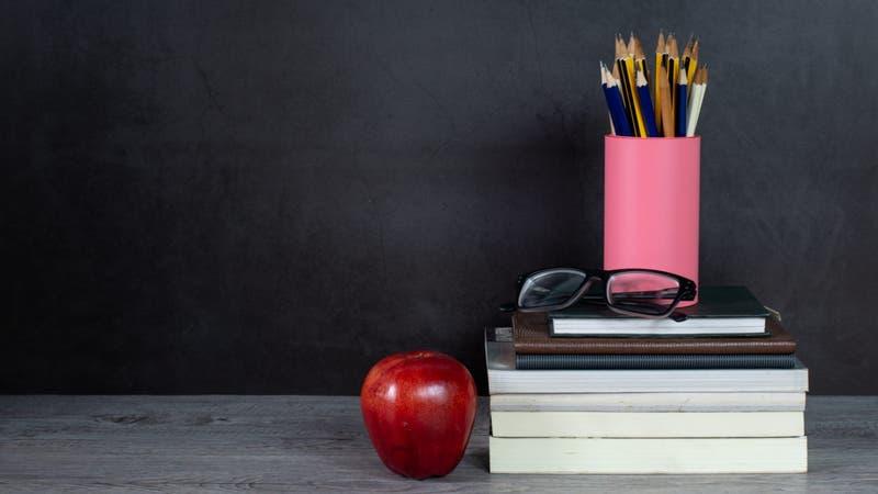 """Indemnizarán a profesor despedido de colegio que le pidió vestirse de forma """"más masculina"""""""