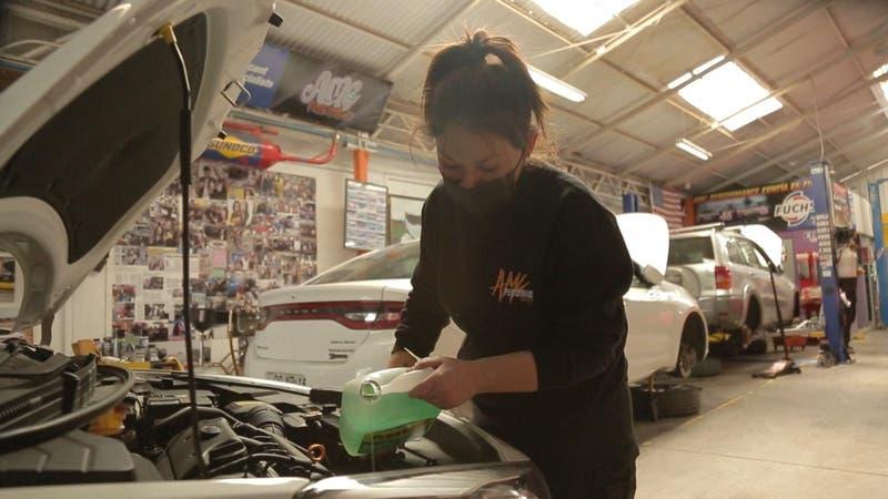 Mecánica crea clínica gratuita para enseñar a mujeres que quieran saber de autos