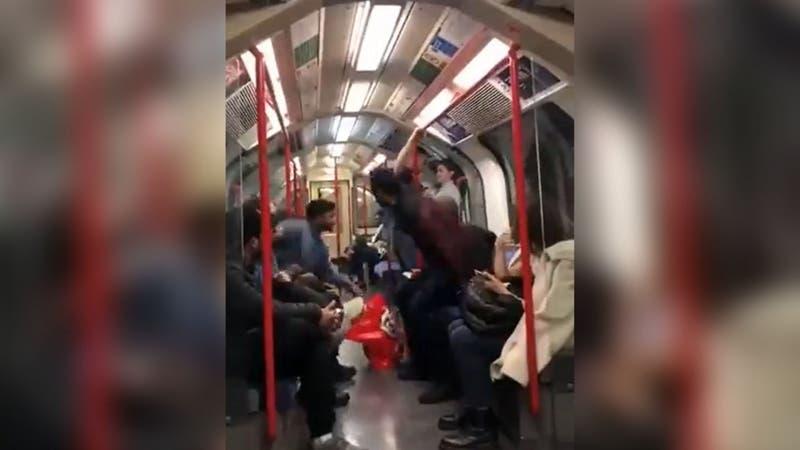 [VIDEO] Varias personas evitan agresión racista de un hombre a mujer asiática en el metro de Londres