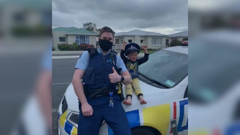 [VIDEO] Niño llama a la policía para enseñar sus juguetes: oficial fue a ver qué tan geniales eran