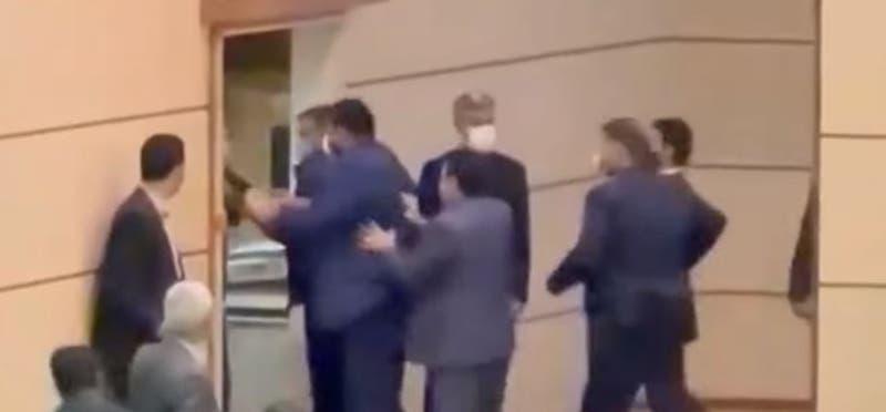 [VIDEO] Gobernador iraní es abofeteado en plena ceremonia de posesión del cargo
