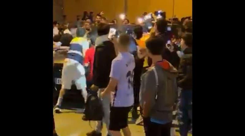 Momentos de tensión: Hinchas del Barcelona golpearon el auto de Ronald Koeman tras perder el Clásico