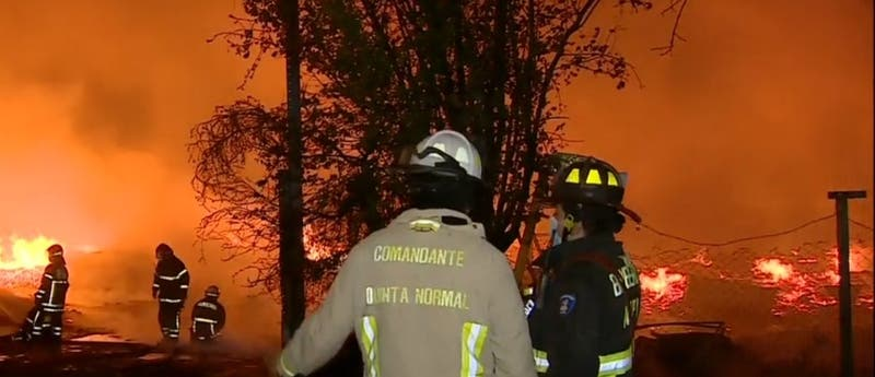 Al menos 25 damnificados tras incendio en fábrica de pallets en Pudahuel