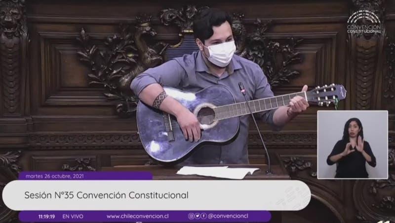 """De Chayanne al """"chasconeo"""": El curioso discurso musical del constituyente Nicolás Núñez"""