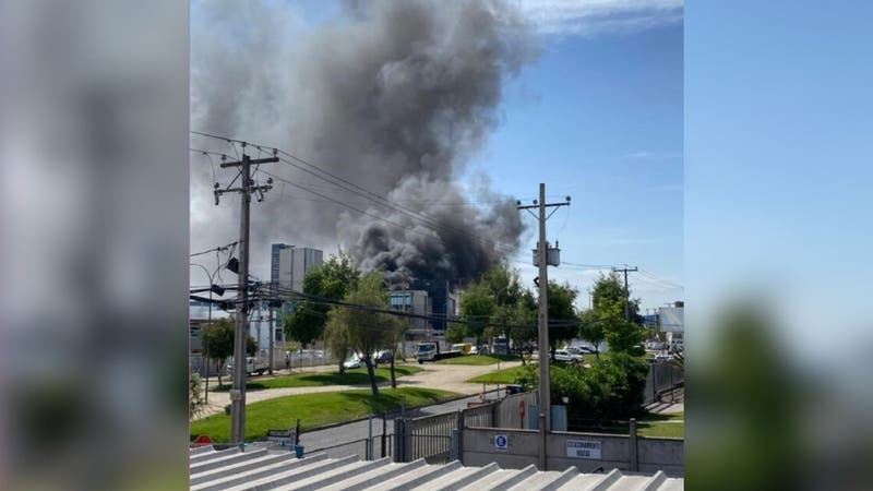 Bomberos combaten incendio en fábrica de San Bernardo