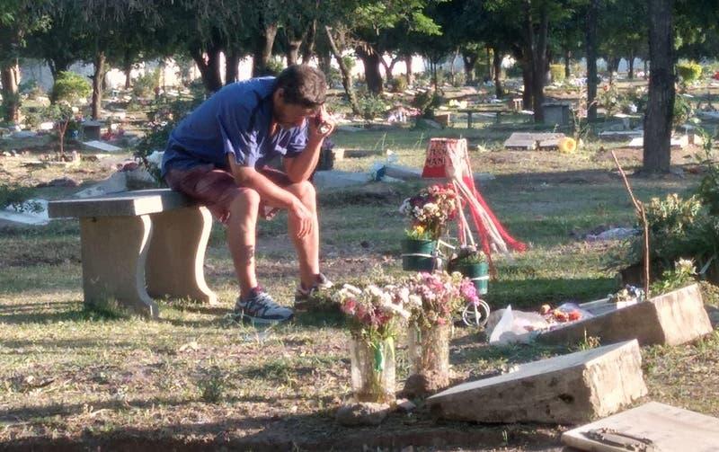 Amor incondicional: padre escucha partidos de fútbol junto a la tumba de su hijo